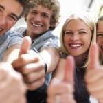 """Non isolarti: da solo accentui i tuoi bisogni ed elimini la possibilità di dividere le spese e gli sforzi con chi passa il suo tempo con te. Basta per esempio prestarsi libri e appunti o sfruttare il materiale online. In generale, condividere le proprie esigenze con altre persone che ne hanno di simili è sempre un ottimo strumento. Per non parlare delle offerte o dei """"trucchi"""" che gli amici conoscono e possono trasmetterti…sempre che tu non li abbia scelti male!"""