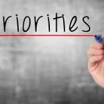 Spendere molto non sempre migliora la qualità della vita. È essenziale stabilire delle priorità, in base alle proprie possibilità, ai propri interessi e ai propri impegni. È fondamentale essere consapevole di ciò che ci si può permettere, ma, soprattutto, di ciò di cui non possiamo fare a meno!
