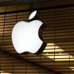 Apple è stata fondata nel 1976 da tre persone: Steve Jobs, Steve Wozniak e Ronald Wayne. Ronald disegnò il primo logo di Apple, scrisse l'originario accordo di partnership e il manuale del computer Apple I, ma vendette la sua quota pari al 10% due settimane dopo per soli $800 perché preoccupato di perdite. Quella stessa quota avrebbe avuto oggi un valore pari ad oltre $35 miliardi.