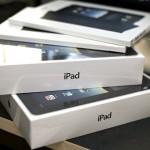 """Apple spende molta più attenzione alla sua confezione rispetto a come fa i suoi prodotti. Tanto che dispone di una sala confezionamento segreta dedicata ai suoi prodotti all'interno del suo quartier generale a Cupertino, in California.  I designer delle confezioni passano ore e ore ad aprire scatole all'interno questa stanza speciale, cercando di suscitare la risposta emotiva giusta nei clienti che aprono nuovi prodotti per la prima volta. Nel suo libro """"Inside Apple"""", Adam Lashinsky descrive il livello di ossessione e di attenzione al dettaglio di Apple nella confezione: """"Una dopo l'altra, il progettista ha creato e testato una serie infinita di frecce, colori e nastri per una piccola scheda progettata per mostrare al consumatore dove tirare indietro l'adesivo invisibile incollato sulla parte superiore della confezione dell'iPod""""."""