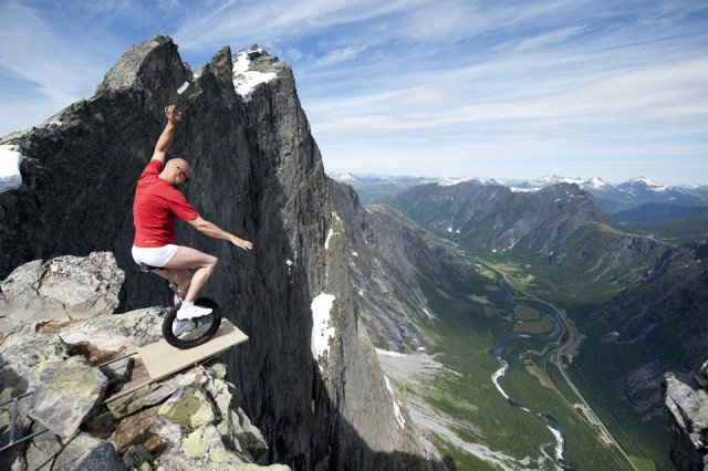 balancing-on-the-edge-of-1000ft-cliff-in-norway-640x426