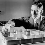 """Misura l'informazione contenuta in un messaggio, un libro, una immagine JPEG. Claude Shannon nel 1948 pubblicò il saggio """"Una teoria matematica della comunicazione"""", in cui cercò di ricostruire, con un certo grado di certezza, le informazioni trasmesse da un mittente. Shannon utilizzò strumenti quali l'analisi casuale e le grandi deviazioni. Fu in questa ricerca che Shannon coniò la parola bit, per designare l'unità elementare d'informazione. Nel 1949 pubblicò un altro notevole articolo, """"La teoria della comunicazione nei sistemi crittografici"""", con il quale praticamente fondò la teoria matematica della crittografia. Shannon è inoltre riconosciuto come il """"padre"""" del teorema del campionamento."""