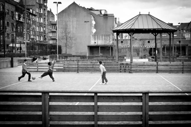 venezuela-3-gamins-jouent-au-foot-by-daniel-george-henriquez-deambrogio.jpg
