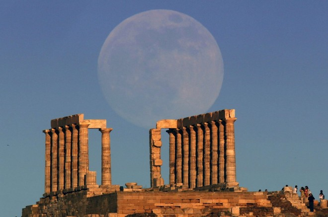 5. the-supermoon-rises-over-the-temple-of-poseidon-the-ancient-greek-god-of-the-seas-in-cape-sounion-greece