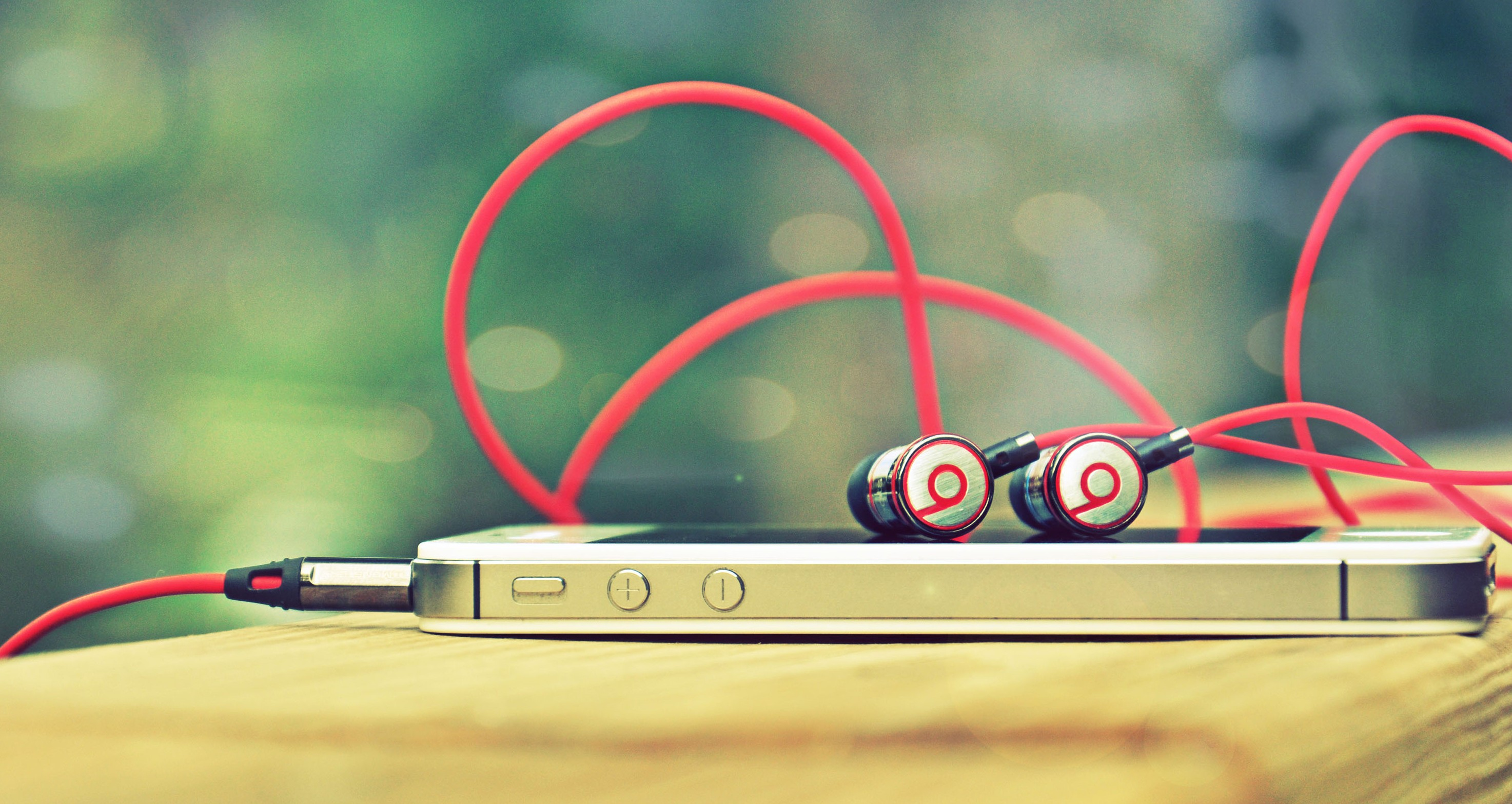I-Phone-4-Apple-Headphones-Beats-By-Dr-Dre