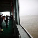 Persone in silenzio dopo aver gettato le ceneri in mare.