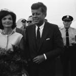 """Forse la storia d'amore più celebre e tormentata del secolo scorso quella tra John Fitzgerald Kennedy e Marilyn Monroe. Lui, Presidente degli Stati Uniti e lei star di Hollywood. Tutto all'apparenza perfetto, peccato solo che lui fosse sposato con una certa Jacqueline Kennedy. Si dice che la Monroe non lo chiamasse mai per nome, ma solo """"presidente"""". Lui prese le distanze da lei e scelse di rimanere con la moglie Jackie. Che si dice sapesse tutto."""
