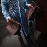 Un membro dello Shanghai Funeral Services Centre che trasporta le sacche contenenti le ceneri dei defunti.