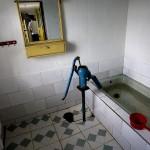 Una vasca da bagno utilizzata come cisterna d'acqua in una comune agricola.
