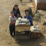 Questa venditrice ambulante cerca di arrotondare dalla vendita di sigarette e dolciumi.