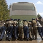 Dei soldati che spingono un bus dopo un guasto.