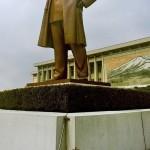 Una scena rara catturata sotto la statua di Kim Il Sung a Pyongyang.