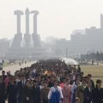 Una scena dalla festa del Kimjongilia, dove migliaia di nordcoreani sono allineati per la visita ai monumenti.