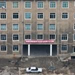 Se gli esterni degli edifici di Pyongyang sono ben mantenuti, gli interni raccontano una realtà totalmente diversa.