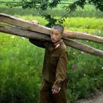 Un soldato dell'esercito nordcoreano durante le proprie mansioni quotidiane.