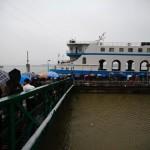 Le persone a bordo di una barca per la cerimonia funebre.