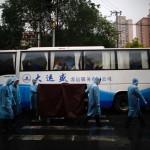 Il personale dello Shanghai Funeral Services Centre spinge un carrello che trasporta le ceneri dei defunti che andranno seppelliti in mare.