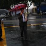 Un uomo che prende l'autobus per partecipare ai funerali in mare aperto.