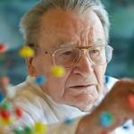 Al tedesco Artur Fischer va il Premio alla carriera. Le sue invenzioni hanno cambiato il nostro modo di vivere. Dai tasselli grigi per il fissaggio delle viti nel muro, al flash sincronizzato allo scatto. Fischer è l'esempio vivente di come un semplice problema – come il fotografo che si rifiuta di scattare una foto alla propria figlia per le scarsa luce – possa scaturire un processo creativo che dia vita a una soluzione di importanza globale. Con i suoi 94 anni l'inventore rappresenta al meglio lo spirito di questa competizione.