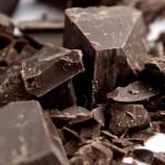 Il cioccolato contiene teobromina, che a sua volta contiene triptofano (base della serotonina), che migliora l'umore. Per fare bene al cervello e non avere effetti collaterali su altri fronti è consigliato mangiare cioccolato fondente minimo al 70% e non superare i quaranta grammi giornalieri.
