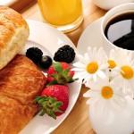 E' stato dimostrato che saltare la colazione aumenta le difficoltà mnemoniche e la possibilità di compiere errori. Iniziare la giornata con una tazza di latte e avena, un cucchiaino di miele, una manciata di frutti di bosco e un mix di semi (di girasole, zucca, lino e sesamo) apporta tutti gli alimenti utili per attivare il cervello e iniziare la giornata con sprint, in quanto questo mix di alimenti fornisce energia che si esaurisce nel lungo termine. L'avena, poi, è una ricca fonte di vitamine del gruppo B, la cui mancanza può provocare carenza di concentrazione e di memoria, irritabilità, stress e cattivo umore. Quindi è necessario farne scorta quotidianamente.