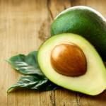 E' utile sapere che i livelli di zucchero nel sangue possono aumentare velocemente in assenza di grassi, facendo scendere così anche i livelli di energia e concentrazione. Uno snack molto nutritivo e salutare che può aiutare a integrare la giusta quantità di grassi è l'avocado, in quanto ricco di omega-3. Questo acido grasso permette anche di regolare l'umore, perché contribuisce a produrre ormoni per controllare lo stress. L'avocado contiene anche potassio e vitamina E, quest'ultima utile per prevenire la scarsità di memoria. Essa è presente anche in verdure a foglia verde, semi, uova, riso integrale e cereali integrali.