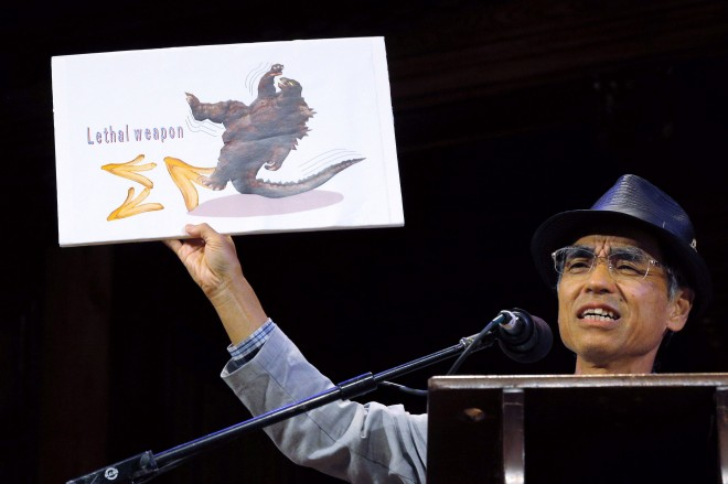 "Mabuchi accepts the Physics Prize for his study ""Frictional Coefficient under Banana Skin"" at the 24th First Annual Ig Nobel Prizes awards ceremony at Harvard University in Cambridge"