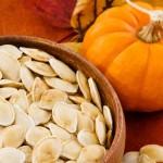 Per uno spuntino veloce gli esperti consigliano semi misti, soprattutto di zucca e girasole, in quanto contenenti una forte concentrazione di minerali, quali magnesio, potassio, zinco e selenio, essenziali per la concentrazione, la memoria e la prevenzione dello stress. Il magnesio, inoltre, è un favoloso alleato contro l'insonnia. Altro snack che si rivela essere un formidabile alleato sono i frutti di bosco. E' stato dimostrato, infatti, che gli antiossidanti contenuti in lamponi, mirtilli, fragole e ciliegie migliorano la memoria a breve termine. Nella lista possono essere incluse anche le more, in quanto contengono vitamina C che aiuta ad aumentare l'agilità mentale.