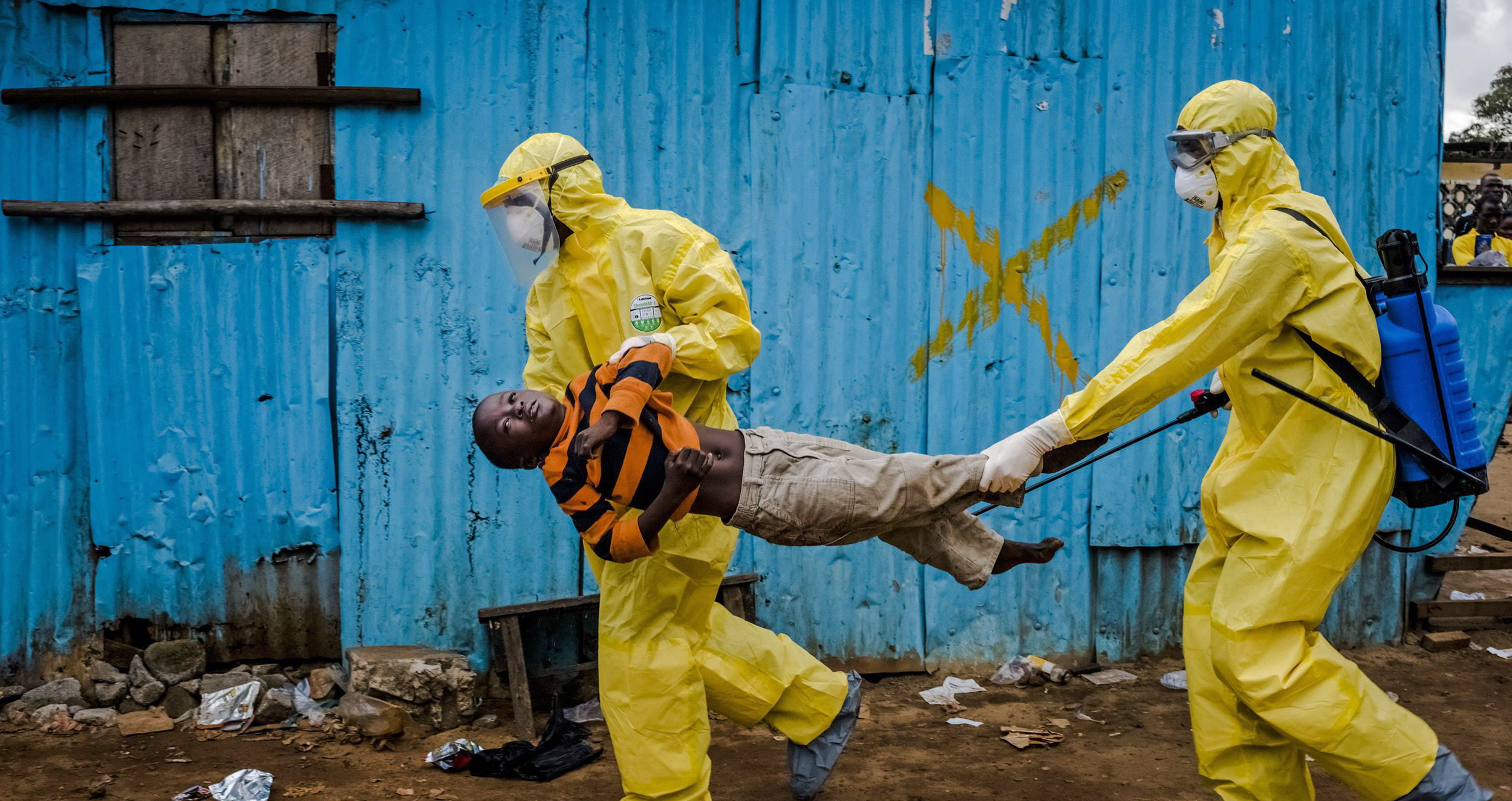 Spicosi da Ebola, le 3 Teorie Complottistiche del Momento