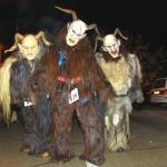 La vicina Austria propone il Krampus, un Babbo Natale crudele per i bambini che non si sono comportati bene. Durante il mese di dicembre per le strade vagano uomini muniti di mostruose maschere e catene. Dopo aver spaventato i bambini, li consigliano di non far arrabbiare più i genitori nell'anno venturo.