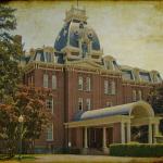 """I fantasmi del St. Joseph's College di Emmitsburg, nel Maryland, vivono in una dimensione atemporale, ferma agli anni 1861-1865. Immaginate di camminare all'interno di un palazzo e di trovarvi improvvisamente in un'epoca totalmente diversa, quella della guerra civile americana. Diversi studenti hanno raccontato di aver visto, sentito, odorato o vissuto totalmente la vita di un ospedale durante quegli anni: il grido di dolore dei pazienti, la puzza di morto e di ferite in cancrena, la vista di infermiere, dottori, pazienti, soldati morti. Fortunatamente il college è stato chiuso nel 1973 e comprato dal governo americano che vi ha stabilito la sede del """"National Emergency Training Center"""". Sicuramente i fantasmi ne saranno stati soddisfatti."""