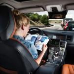 La Google ne ha già realizzata una. Audi e Bmw si sono presto accodate. Sta di fatto che le auto senza pilota saranno un argomento di punta durante tutto l'anno. Le accendete con lo smartphone, vi portano dove volete.