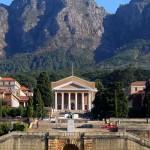 """Più antica università del Sud Africa,  si colloca ai piedi della """"Tafelberg"""" (montagna – tavola). Città Del Capo sorge infatti in mezzo a bellissimi rilievi, ed è circondata da un mare altrettanto spettacolare. Un vero lusso per lo studente indeciso tra terra e cielo."""