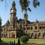 In questo nostro viaggio non poteva mancare una delle culture più antiche del mondo: quella indiana. L'università di Mumbai, collocata nell'omonima città, caratterizzata da  edifici che richiamano alla magnificenza del ben più famoso Taj Mahal e centro rinomato per studi economici vi conquisterà con un mix perfetto tra antichità e modernità.
