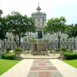 Probabilmente il nome non vi dirà molto. Neanche collocare geograficamente Manila sul mappamondo sembra una cosa facile,  ma il suo college è una delle maggiori attrazioni della città, e uno dei più prestigiosi dell'Asia. La sua peculiarità? L'unica università ad essere state visitata da due Papi: Papa Paolo VI nel 1970 e Giovanni Paolo II nel 1995.