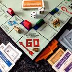 I giochi da tavolo, come il Monopoli, ci hanno permesso di imparare cosa succede quando si fa un cattivo investimento o si vive al di sopra delle proprie possibilità o se si crea una bolla immobiliare. Probabilmente non c'è altro gioco in grado di spiegare meglio il sistema capitalistico. Nella sua prima versione i giocatori potevano anche collaborare pagando l'affitto in una cassa comune e dividerlo ma, nel corso degl'anni, quel poco di cooperazione è andato sempre più perdendosi e il gameplay è diventato la ricerca spietata di dominio che oggi lo caratterizza. Il gioco difatti funziona in modo abbastanza semplice: il primo che capita in una strada può acquistare una proprietà e costruire; bisogna, tuttavia, tenere sempre sotto controllo i risparmi e prevedere le spese a cui si può andare incontro.