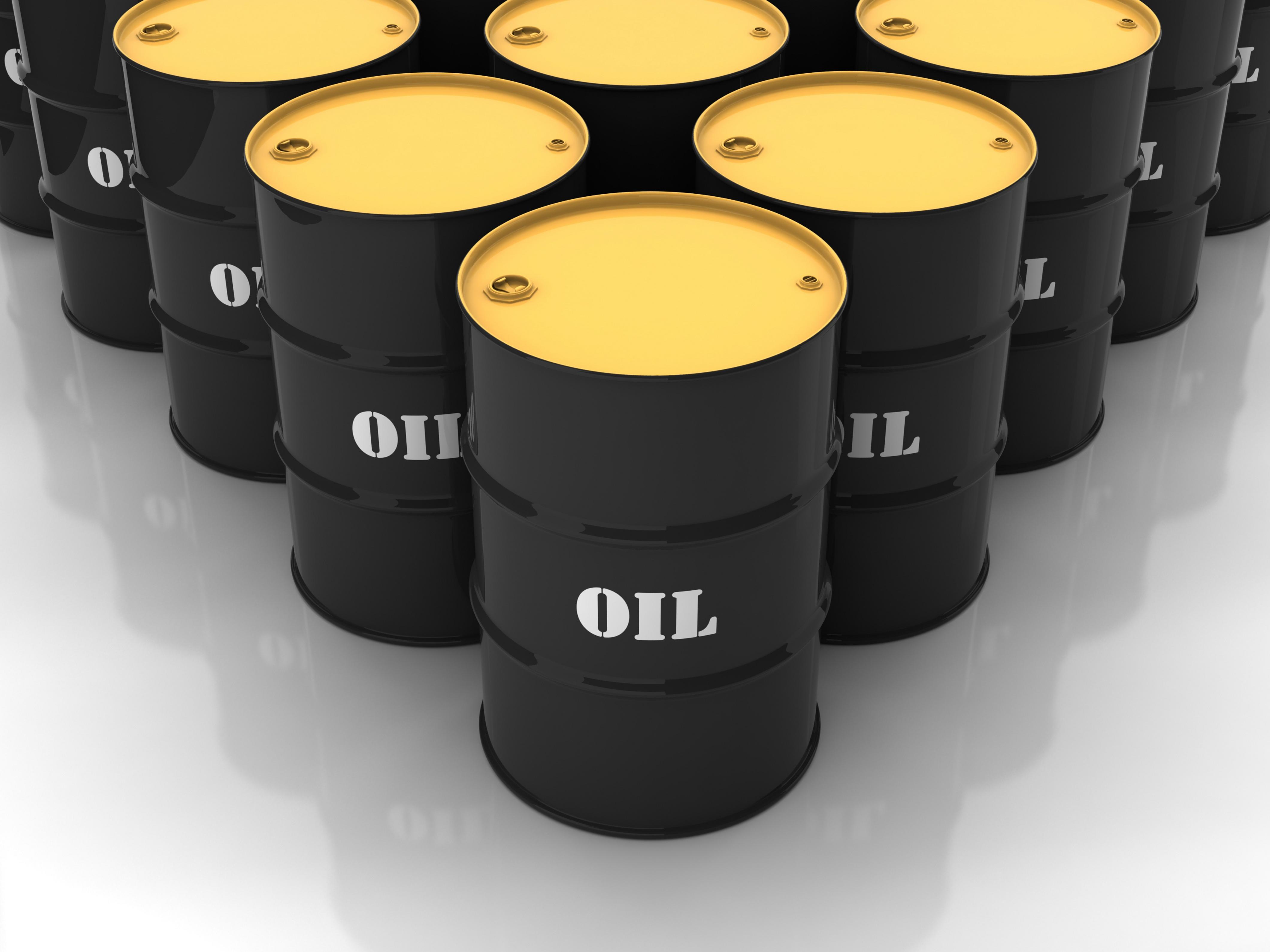 Mentre gli automobilisti guardano esclusivamente ai prezzi delle pompe di benzina, gli investitori fanno attenzione alla quantità di greggio che si sta accumulando nelle scorte. La logica? Le scorte aumentano quando l'offerta eccede la domanda e di conseguenza il prezzo tende a diminuire. 387,2 milioni di barili è il record assoluto per questo periodo dell'anno dal 1982. Nonostante ciò, il prezzo del petrolio potrebbe scendere ulteriormente nel 2015.