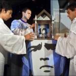 """La Chiesa Maradoniana è una religione parodistica fondata sul culto dell'ex calciatore argentino Diego Armando Maradona, considerato dagli esperti il miglior calciatore di tutti i tempi. La nascita di questo culto risale al 30 ottobre 1998, quando Hernan Amez e Hector Capomar festeggiarono il Natale il giorno di nascita del Pibe de Oro. Secondo i fedeli, la cronologia del Mondo è da far risalire al 30 Ottobre 1960, giorno di nascita di Maradona: per questo motivo, secondo i seguaci di questa confessione, oggi ci troveremmo nel 55 D.D. (Dopo Diego). A dare un tono di sacralità al tutto ci ha pensato l'iconografia, capace di istituire una divinità attraverso la creazione della sigla D10S, risultato della fusione tra la parola argentina Dios e il 10, numero di maglia del giocatore. A dimostrazione di come questa religione abbia un certo seguito, sono state istituite diverse preghiere per venerare il """"Dio"""" Diego Armando Maradona: si tratta di """"El Diego nuestro"""" (una rivisitazione folkloristica del Padre Nostro), il """"D10S te Salve"""", il """"Creo en Diego"""" e """"Las palabras de Maradona""""."""