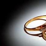 Questa idea imprenditoriale nasce dalla sfortuna di un uomo, la cui fidanzata, lo ha lasciato a poca distanza dal matrimonio. Quando è tornato nel negozio dove aveva comprato l'anello, gli fu offerto circa 3.500 dollari per l'anello che aveva pagato 10.000 dollari qualche mese prima. Deluso dalla drammatica diminuzione del valore, ha deciso di creare idonowidont.com che funziona un po'come EBay ma solo ed esclusivamente per anelli di fidanzamento/nozze. Il sito prende solo il 15% del valore, che è significativamente un valore migliore rispetto a quanto trattengono i negozi di anelli o i banchi dei pegni.