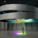 """L'installazione """"Embrace: Sensorial Experience"""" realizzata da Samsung si configura come uno spazio definito da due strutture circolari fluttuanti sospese nell'aria che circondano i visitatori immergendoli in un'atmosfera surreale. Con """"Embrace: Sensorial Experience"""" Samsung porta l'interazione tra le persone e la tecnologia ad un livello superiore mostrando come tra questi due mondi ci sia un dialogo costante. Samsung trasporterà i visitatori in un contesto surreale alla scoperta di un nuovo modo di vivere e interagire con la TV."""