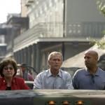 """Nel 2004, tre settimane dopo la devastazione procurata dall'uragano Katrina, George W. Bush ammette che la sua amministrazione non """"ha fatto bene il suo lavoro"""" e se ne assume le proprie responsabilità impegnandosi a trovare una soluzione. Quella dell'ex presidente americano, però, non è un'apologia in piena regola: non è nel suo stile."""