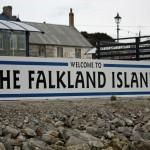 Le isole Falkland sono forse il caso di più noto a tutti: composto da due isole maggiori (East Falkland e West Falkland) e circa 200 isole minore, l'arcipelago delle Falkland è situato nel oceano Atlantico meridionale, al largo delle coste argentino. Le Falkland contano circa 3000 abitanti, per lo più di origine scozzese e per la maggior parte residenti nella capitale, e sono Territorio d'Oltremare inglese. Divenute possesso della corona inglese, sono al centro di un'aspra contesa con l'Argentina da allora. Le tensioni da sempre latenti esplosero nel 1982, quando il generale Leopoldo Galtieri, a capo di una giunta militare in netta crisi di consensi, decise di giocarsi la carta del patriottismo e invase le Falkland (o Malvinas, secondo la dicitura cara ai sudamericani) scatenando una cruenta seppur breve guerra col Regno Unito. Da allora le mire argentine sull'arcipelago non si sono placate, tanto da far temere un nuovo attacco all'attuale segretario alla difesa inglese Michael Fallon, che, stando alle sue stesse parole, starebbe varando un piano per rafforzare la difesa delle isole.