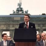 reagan  Nel 1987, l'allora presidente degli Stati Uniti Ronald Reagan ammette le responsabilità della sua amministrazione nel caso Iran-Contra (conosciuto meglio come Irangate), ma compie un prodigio di storytelling, forse memore del suo passato hollywoodiano. Nella sua apologia conferma che le sue intenzioni erano buone e che purtroppo è stata l'esecuzione del suo piano di apertura strategica all'Iran a trasformarsi in un poco ortodosso scambio di armi per ostaggi. Reagan ha poi concluso dicendo che sono proprio gli errori che si commettono in una vita a permettere a un uomo di imparare come ci si comporta. Come Clinton anche Reagan fu sostanzialmente forzato ad ammettere la sua colpa. Una necessità che ha dato un peso ancora maggiore alle parole di Obama, che di fatto fino ad oggi ha sempre preso iniziativa sua sponte.