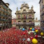 Durante la festa di San Firmino la popolazione della cittadina di Pamplona passa, nel giro di una settimana, da 190.000 abitanti a più di 1.500.000. Durante la manifestazione, i cittadini che vogliono stare tranquilli lasciano la città, affittando le proprie abitazioni (ma anche solo i balconi) ai turisti accorsi in città per assistere da vicino alla famosa corsa.