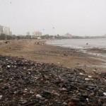 La spiaggia di Chowpatty è uno dei posti più inquinati del mondo. Secondo quanto riportato dal Telegraph, l'intera area è inavvicinabile per i turisti, a causa dei detriti e degli scarti provenienti dalle navi presenti sulla spiaggia. Le acque, inoltre, sono piene di rifiuti. La situazione è degenerata nel 2011, quando al largo delle coste è affondata la MV Rak, che ha versato in mare circa 60.000 tonnellate di carbone. Secondo la US Environmental Protection Agency, nuotare in queste acque sarebbe molto dannoso per la salute.