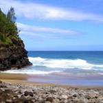 Immerso nella Costa Napali di Kauai e accessibile solo dal Kalalau Trail, la spiaggia di Hanakapiai è uno dei luoghi più pericolosi del mondo. Le fortissime correnti, infatti, sono note per spazzare letteralmente le persone in mare. Qualora un nuotatore fosse coinvolto in una corrente di risacca, tornare a riva sarebbe impossibile, anche perché la spiaggia sicura più vicina è a circa 6 miglia di distanza. Negli ultimi anni a Hanakapiai Beach sono annegate almeno 83 persone.