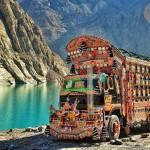 Un bus pakistano sosta di fronte al lago di Attarda, nel nord del Pakistan.