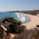 """Conosciuta anche come """"Playa de los muertos"""", la spiaggia di Zipolite è situata sulla costa meridionale dello stato di Oaxaca, in Messico. La sua pericolosità è dovuta alla presenza di correnti fortissime, che, secondo il Telegraph, negli ultimi anni ha causato diversi annegamenti. Dal 1995 le autorità hanno istituito un gruppo di bagnini volontari."""
