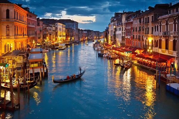 Concludiamo la lista con una meta 'nostrana', Venezia: con 17° di minima e 25° di massima, è un'ottima soluzione per chi vuole trovare un compromesso tra la voglia di una vacanza last-minute e la necessità di non allontanarsi troppo.