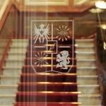 Edmond de Rothschild è presente in 19 paesi, con 31 uffici ma nessuna filiale. La sua immagine nel mondo è coerente, e i suoi clienti fanno parte della stessa nicchia. In sintesi, se si vuole aumentare i volumi e perseguire la strategia del lusso allo stesso tempo, bisogna cercare all'estero lo stesso segmento di clienti che si serve in casa.